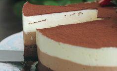 Deze chocolademoussetaart is ontzettend lekker en makkelijk om te maken De een houdt van pure chocolade, de ander eet liever witte chocolade en weer iemand anders verorbert het liefst melkchocolade. Moet je binnenkort een taart maken voor een groot gezelschap? Maar dan voor ieder wat wils door de s