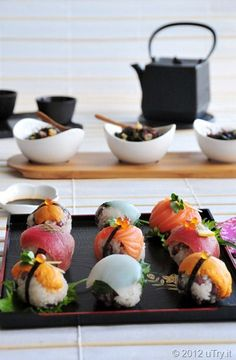 Temari Sushi 手まり寿司 Such beautiful presentation. Japanese Food Sushi, Japanese Dishes, Sushi Recipes, Cooking Recipes, Temari Sushi, Sushi Comida, Best Sushi, Food Challenge, Bento