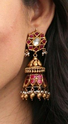 New jewerly desing indian india ideas Gold Jhumka Earrings, Gold Earrings Designs, Indian Earrings, Antique Earrings, Antique Jewelry, Gold Jewelry, Diamond Earrings, Indian Wedding Jewelry, Indian Jewelry