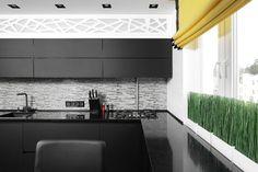 W tej aranżacji wzrok przykuwa niewielka dekoracja okna – żółta roleta, podkreślająca ekstrawagancki charakter wnętrza.