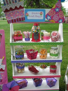 Candy Shop / Sweet Shoppe / Candy Land birthday party I'm not one to hand out candy for parties, but this concept is darling. Perhaps I should make it into a birthday produce stand. Come pick your favorite fruit and veggie snacks? Candy Theme Birthday Party, Candy Party, First Birthday Parties, First Birthdays, Birthday Ideas, 7th Birthday, Party Favors, Bar A Bonbon, Candy Shop