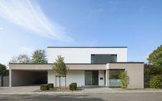 Große Räume, viele Fenster, dezente Farben, klare Formen – puristisch wohnen liegt zurzeit voll im Trend. So wie in diesem Traumhaus im Bergischen Land.