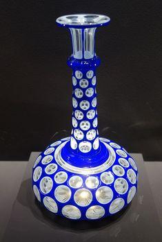 """Baccarat. """" Plumier """" vers 1845. Cristal triplé, cristal clair, cristal opale blanc et bleu cobalt, taille pontils. Baccarat, collection patrimoniale."""