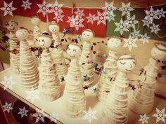 Enkelit. Sormivirkkaus liimattu maalatun kartion päälle. 1.lk / AHP Gingerbread Cookies, Advent Calendar, Holiday Decor, Home Decor, School, Gingerbread Cupcakes, Decoration Home, Room Decor, Advent Calenders