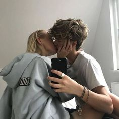 15 Best Romantic Valentine Gifts For Your Lover ~ Wanting A Boyfriend, Boyfriend Goals, Future Boyfriend, Boyfriend Girlfriend, Couple Goals, Cute Couples Goals, Relationship Goals Pictures, Cute Relationships, Photo Couple