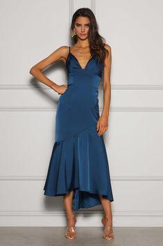 Obłędna, wieczorowa suknia w kolorze roku 2020 wg Pantone - classic blue. Ten odcień pasuje zarówno do blodnynek, jak i brunetek. Wypożycz, gdy chcesz wyglądać kobieco, seksownie i elegancko równocześnie. Noś ze złotymi lub srebrnymi dodatkami. Falbana w dolnej części sukienki dodaje ekstrawagancji. Odkryte plecy zachwycą każdego podczas przyjęcia. Anna, Formal Dresses, Fashion, Cloakroom Basin, Dresses For Formal, Moda, La Mode, Fasion, Gowns