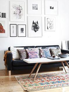 Sofá e composição de quadros