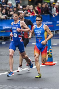 Javier Gomez out sprinted Alaistair Brownlee for the win at the 2012 Auckland ITU Triathlon