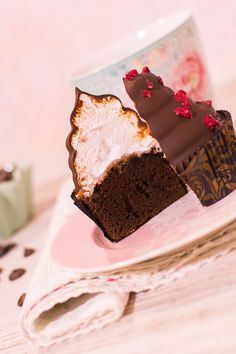 """En esta vídeo-receta os quiero mostrar cómo hacer unos deliciosos Hi-Hat Cupcakes. Estos cupcakes se caracterizan por tener un frosting con corazón de merengue italiano cubierto de chocolate. Su nombre """"high hat"""" significa sombrero alto, con lo cual hay que hacer los copetes de merengues muy altos para hacer honor a su nombre. En primer lugar hago un bizcocho de chocolate muy esponjoso. Este bizcocho lo hago con cacao en polvo puro para equilibrar el dulzor del merengue. Yo siempre hago un…"""