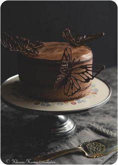 Schokoladen-Rotweintorte mit Schoko-Schmetterlingen