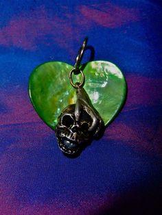 Cœur de nacre verte, tête de mort avec une vrai perle grise dans la bouche. 45 €