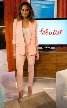 Intenta hacer combinaciones nuevas en tus outfits para el trabajo, como ésta rosa con plata.