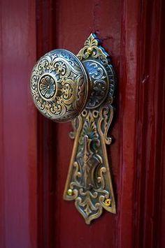 I LOVE these vintage door knobs. Cool Doors, The Doors, Unique Doors, Windows And Doors, Front Doors, Front Entry, Door Knobs And Knockers, Knobs And Handles, Yoga Studio Design