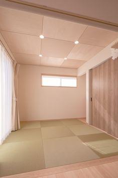 琉球畳の和室。天井はシナ合板目透かし張りです。 Tatami Room, Zen Room, Japanese Modern, Natural Interior, Wood Wallpaper, Wall Finishes, Roofing Materials, Wood Ceilings, Other Rooms