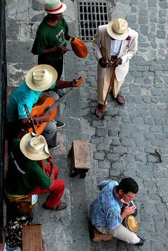 Listening to the Cuban music on the streets. Life In Havana, Cuba. Varadero, People Of The World, Countries Of The World, Trinidad, Bali Tour, Cuba Island, Viva Cuba, Foto Poster, Cuba Travel