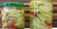 Of in dit geval komkommers met uien in het zuur. In plaats van komkommer en ui kun je ook alleen kleine uitjes nemen