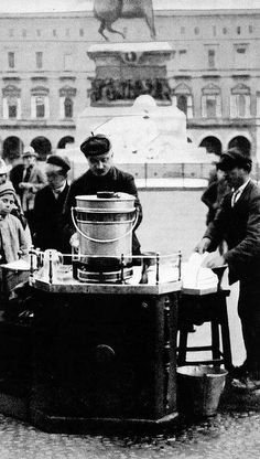 I Cafè del Genoeucc in piazza Duomo 1910 | Milàn l'era inscì Urbanfile | Flickr