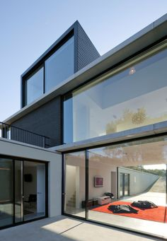 Today we will show you the beautiful Villa Geldrop in The Netherlands, a project by Hofman Dujardin Architects. This house is super elegant, modern and clean. Architecture Cool, Underground Homes, Modern Barn, Exterior Design, Beautiful Homes, Building A House, House Design, Netherlands, Contemporary Houses