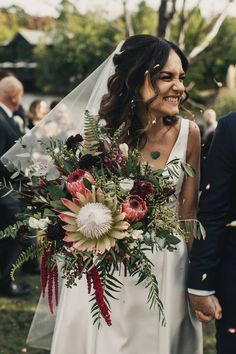 Most popular bridal bouquet styles explained - unstructured bouquet