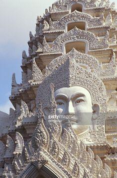 Foto stock : Thailand, Bangkok, Wat Ratchapradt, Buddha Image on ornate stone temple.