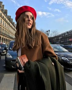 Get Short Hair Without A Haircut : French Beret Barett Outfit, Beret Rouge, Mode Ootd, Looks Street Style, Beret Street Style, Parisian Chic, Winter Looks, Mode Inspiration, Mode Style