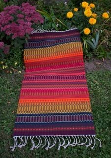 krokbragd rug in the garden Inkle Weaving, Hand Weaving, Swedish Weaving, Weaving Projects, Textiles, Weaving Patterns, Weaving Techniques, Handmade Baby, Woven Rug