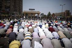 Partidarios de Morsi rezan ante el cuartel de la Guardia Republicana en El Cairo /Khaled Abdullah (Reuters)