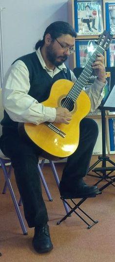 José Souza Blanes en concert acoustique avec élèves à la Médiathèque de Vélizy-Villacoublay le 12/10/13.