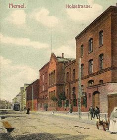 Blick in die Holzstraße in Memel. Bei dem Gebäude auf der rechten Seite (Holzstraße Nr. 2) handelt es sich um das Gerichtsgebäude mit Gefängnis. Die Ansichtskarte (vor 1914) wurde von Hanne Hellermann zur Verfügung gestellt.