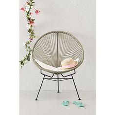 Deze tuinstoel is een echte eyecatcher voor je tuin! De tuinstoel bevat een metalen frame en de zitting is gemaakt van een kunststof draad waardoor de stoel geschikt is voor zowel binnen als buiten.