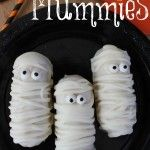 Fall Turkey Cheese Sticks - Fall and Thanksgiving Kids Food Craft on Frugal Coupon Living. These are excellent fall classroom ideas. Pumpkin Cheese Ball Recipe, Cheese Ball Recipes, Halloween Food Crafts, Kids Food Crafts, Mummy Hot Dogs, Monster Treats, Chocolate Sticks, Hot Dog Recipes, Crescent Rolls