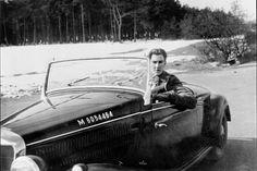 John Seymour Chaloner, der mit Kriegsende Presseoffizier der British Army wurde. Und 1946 in Hannover den requirierten Roadster des ehemaligen Außenministers Joachim von Ribbentrop fuhr.