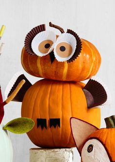 Trick-or-treaters will get a real hoot out of this wide-eyed bird. Use paper and cup cake liners to create this unique Owl pumpkin!