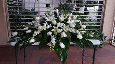 Funerario, casquet. Rosas, orquidead y lirios