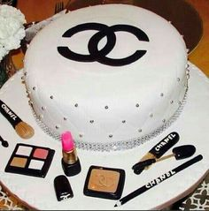 Omg I want this for my birthday cake Bolo Chanel, Chanel Cake, Chanel Party, Cake Icing, Fondant Cakes, Eat Cake, Make Up Cake, Love Cake, Beautiful Cakes