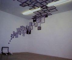 Foto attaccate fino al soffitto