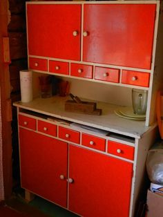 Projektina mummonmökki: Löytöjä kirppareilta, huuto.netistä ja tuttujen nurkista - mökin kalusteita siis! 50s Furniture, 1950s Interior, Red Kitchen, Retro Vintage, Nostalgia, Old Things, Kitchen Appliances, Indoor, Storage