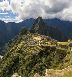 Machu Picchu, Pérou#Il s'agit du monument précolombien le plus spectaculaire d'Amérique du Sud, autant par l'importance des constructions que par l'incroyable splendeur du lieu. Il a conservé tout son mystère : on ne sait toujours pas s'il s'agit d'une forteresse, d'une ville, d'un sanctuaire ou tout cela à la fois. Les conquistadores basés à Cuzco ont ignoré pendant trois siècles son existence. Redécouvert en 1911, il reçoit 450k visiteurs par an.#http://urlz.fr/3hU6#Wikimedia Commons