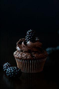 mystic light, food photography, Brombeer-Schokoladen-Cupcakes, blackberry chocolate cupcakes, recipe by http://www.christinascatchycakes.de