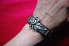 """Bracelet """"Victoire"""" : bracelet en cuir réglable plaque métal et noeud métal et strass provenant d'une broche ancienne : Bracelet par lericheattirail"""