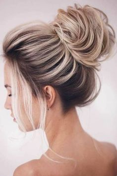 To give you some easy hairstyles inspiration, we have found 60 easy and quick hairstyles. Include easy hairstyles for medium hair, long hair and short hair. Whether you to school or to work these easy hairstyles are sure to draw compliments. High Bun Hairstyles, Prom Hairstyles For Short Hair, Trending Hairstyles, Straight Hairstyles, Popular Hairstyles, Middle Hairstyles, Prom Hair Bun, Hairstyles 2018, Quick Hairstyles