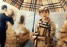 Em evento na sua flagship de Londres, a marca de luxo britânica exibiu pela primeira vez o filme 'From London With Love', em que celebra as festas de fim de ano; entre os presentes estavam David e Victoria Beckham, que prestigiaram o filho Romeo, estrela da campanha