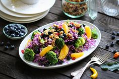 Brokkoli-Spitzkohlsalat mit Sprossen, Orange & Heidelbeeren