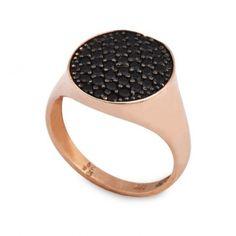 Ένα μοντέρνο δαχτυλίδι τύπου σεβαλιέ (chevalier) σε ροζ χρυσό Κ9 με μαύρα  ζιργκόν καρφωμένα b4601d944fb