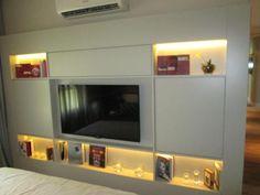Lote 009 - R$ 90,00 - Módulo de parede com nichos e iluminação embutida e portas falsas - (NÃO INCLUI TELEVISOR) - avaliação de possibilidade de retirada sem quebra do bem por conta do arrematante