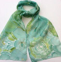 Toile d'araignée Web peint à la main foulard en soie. Cette jolie écharpe dans une variété de nuances de vert a des toiles d'araignées décrites en blanc avec des araignées bordées d'or tout au long de la conception. L'écharpe mesure 25 x 150cm (environ 9,8 x 60 pouces), il a été individuellement peint à la main à la main roulé soie Ponge 5 qui est doux et léger avec un joli drapé et est 100 % grand teint et se lave magnifiquement à la main. Chaque écharpe est signée et emballé dans une…
