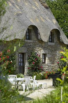 WildnessGrowings: Alfresco a La Chaumiere Cottage ~ love the roof line