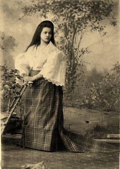 Lovely Filipina mestiza circa 1890s Nostalgia, Filipino Culture, Filipina Beauty, Filipiniana, Historical Art, Pinoy, Fashion History, Women's Fashion, Old Photos