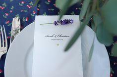 Schlichte und elegante Menükarte mit matt-goldener Prägung eines Hernzens. Bei Carte Royale personalisierbar.