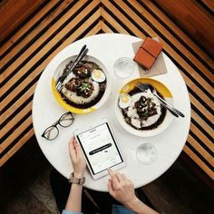 Guys! Siap2 besok ikutan #NguberRawon dalam rangka ultah kota Surabaya ke 723. Apaan tuh #NguberRawon? Jadi kamu bisa makan Rawon GRATIS dari @yellojemursari dianter sama driver @uber_sby. Caranya? Siap2 besok jam 10am aplikasi Uber mu bakalan ada menu slider tambahan buat ngerawon. Btw ga ngecap.. Rawon-nya juara. Menu hotel dengan soul warungan  #inijiegram #food #TableToTable #kuliner #kulinersurabaya